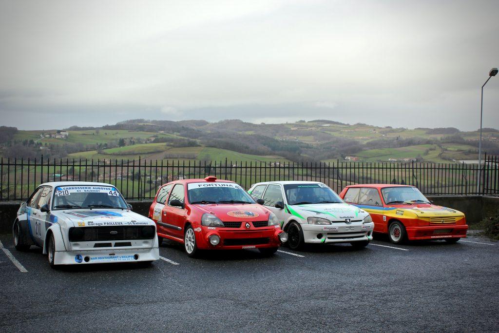 quatre voitures de rallye garées
